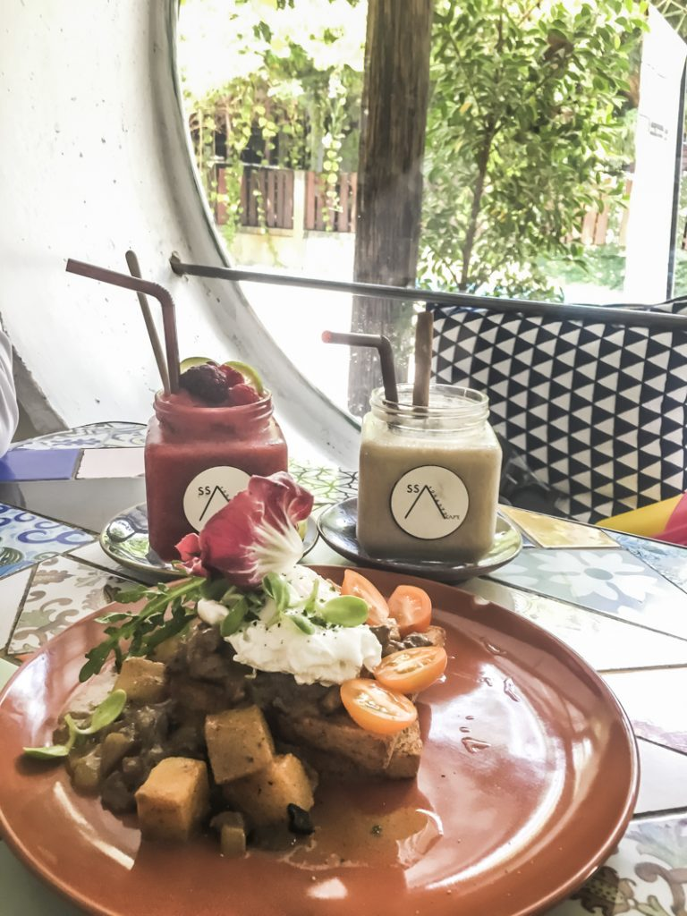Things to Do in Chiang Mai - Appreciate Arts While Brunching | www.chloestravelogue.com #Thailand #ChiangMai #ThailandInsider #Nimman #ArtCafe #Coffee #CafeCulture
