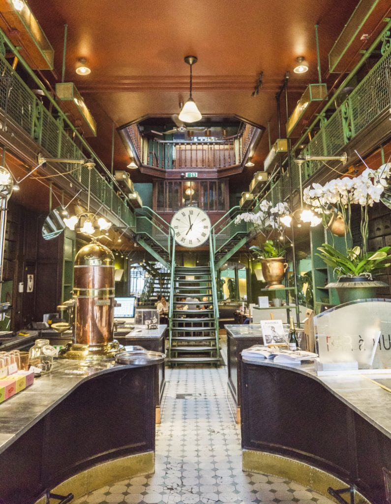 One day in Brussels: Belgian Mussels for Dinner | #Brussels #Bruxelles #itinerary #Europe #ArtNouveau #Restaurant #BelgianMussels #MoulesFrites #LocalFood #BelgianFood #Landmark | www.ChloesTravelogue.com